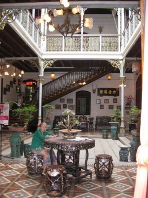 lady_at_Pinang_Peranakan_Mansion