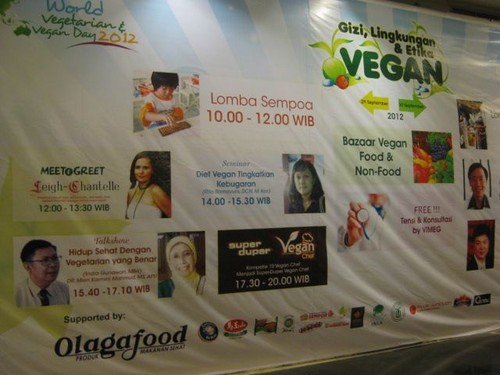 BIG_sign_at_the_Jakarta_IVS_event