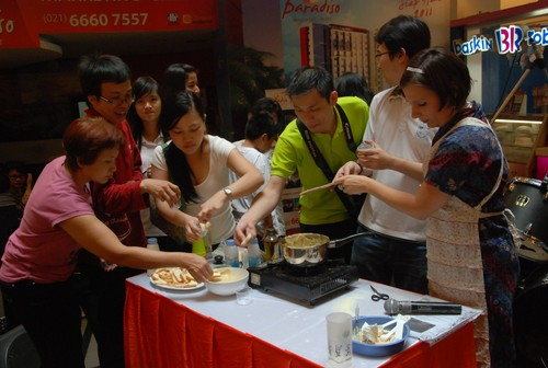 cheese_sauce_sampling_in_Jakarta