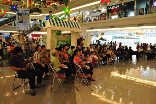 crowd_at_Solo_Square_event