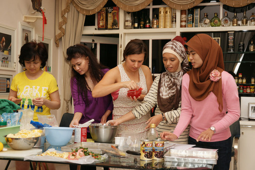 girls_in_the_kitchen_on_baking_day