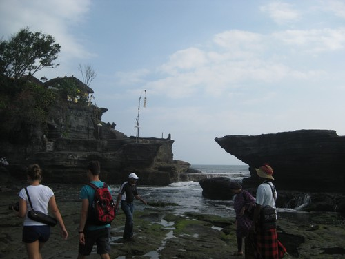 Tanah_Lot_temple_and_tourists
