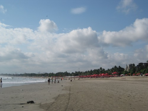 Kuta_beach_with_umbrellas