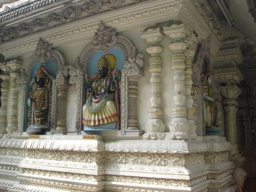 statues_at_Mid_Valley_temple_2
