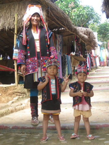 Mum_and_kids_at_Regina_Hill_Tribal_Village