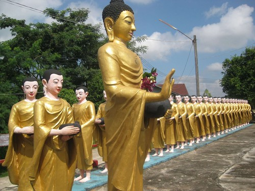 just_a_few_statues_2_at_Ta_Chi_Leik_Shwe_Da_go_Pagoda