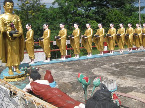 just_a_few_statues_at_Ta_Chi_Leik_Shwe_Da_go_Pagoda
