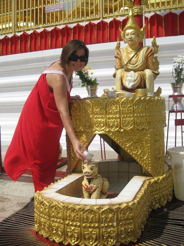 offering_at_Ta_Chi_Leik_Shwe_Da_go_Pagoda_