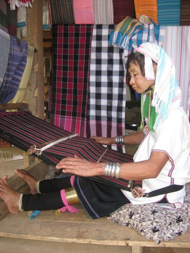 weaving_at_Regina_Hill_Tribal_Village