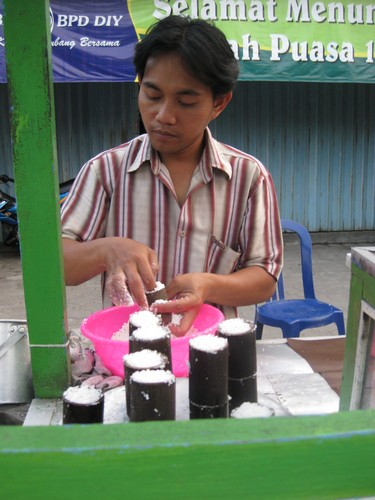 making_Putu_sweets
