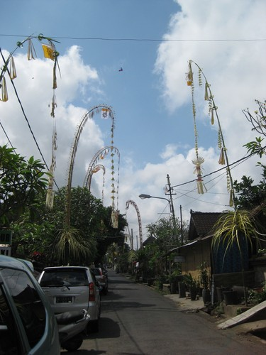 Ubud_streeets_ready_for_ceremony