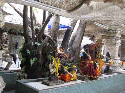 statues_at_Mid_Valley_temple